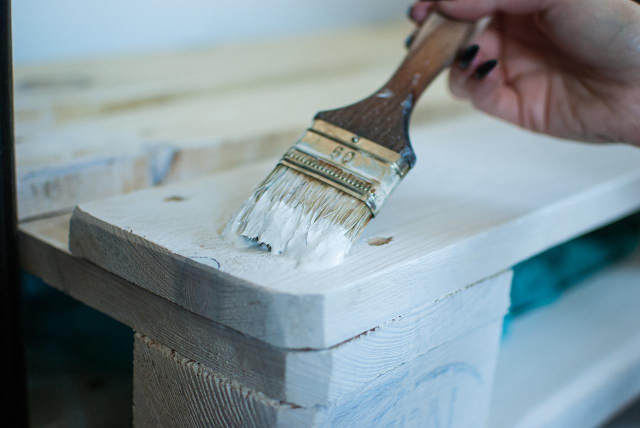 Upiększanie wnętrza mieszkania. Dodatki prowansalskie: meble i dodatki bielone