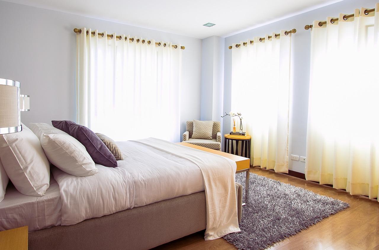 Sypialnia na każdą kieszeń – tanie łóżka do sypialni tapicerowane z pojemnikiem – sklep online