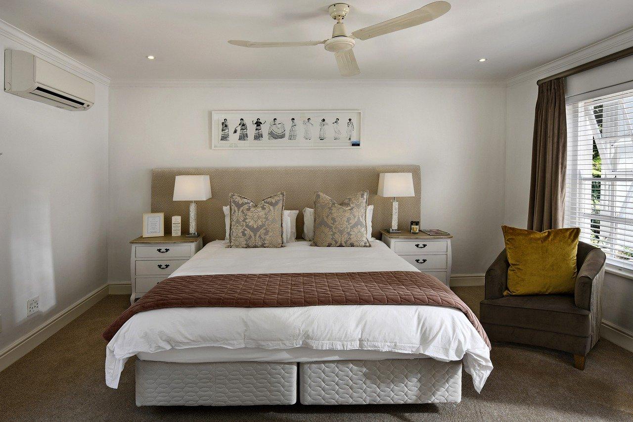 Łóżko kontynentalne w nowoczesnej sypialni